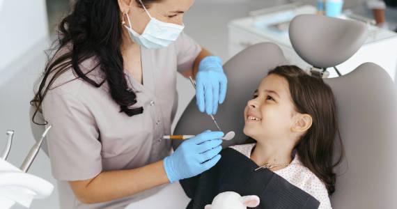 Jakich zabiegów stomatologicznych wymagają zęby mleczne?