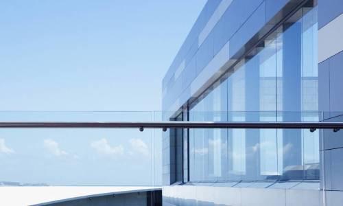 Pomysł na nowoczesny design budynku – szklane balustrady