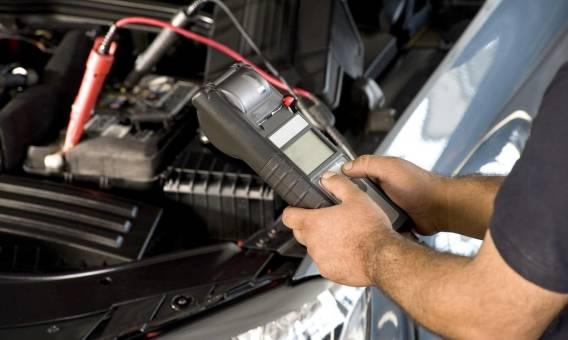 Jak eksploatacja auta wpływa na stan akumulatora?