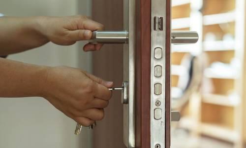Jak wykonuje się drzwi antywłamaniowe? Standardy, materiały i certyfikaty