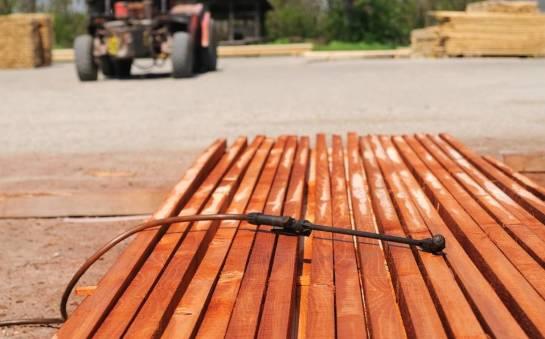 Impregnacja drewna w tartaku. Kiedy się ją stosuje i czemu służy?