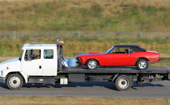 Jak zapewnić bezpieczny transport drogich aut na lawetach?