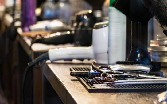 Akcesoria niezbędne w profesjonalnym zakładzie fryzjerskim