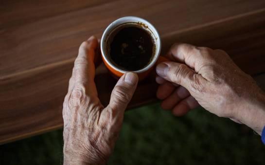 Komu szczególnie poleca się picie kawy bezkofeinowej?