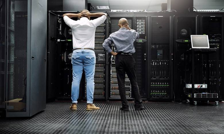 Organizacja transportu i wnoszenia szaf serwerowych. Co warto wiedzieć?