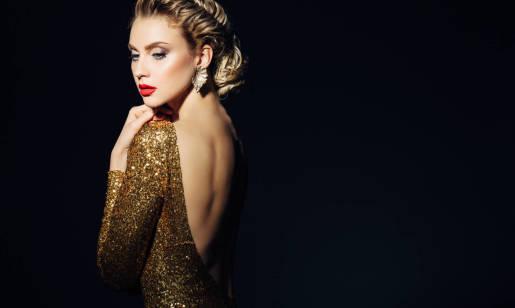 Jak wybrać sukienkę z odkrytymi plecami i co do niej założyć?