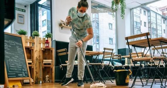 Współpraca z serwisem sprzątającym - czy to się opłaca?