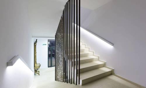 Ledowe oświetlenie schodów w domu. Dlaczego warto się na nie zdecydować?