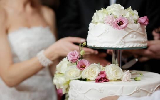 Tort na weselu – kulminacyjny punkt uroczystości. O czym warto pamiętać?