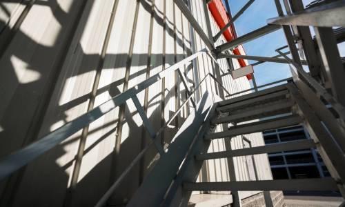 Jakie standardy powinny spełniać schody przeciwpożarowe?
