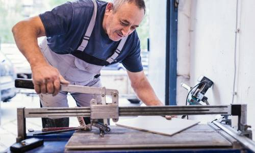 Z jakich narzędzi korzystają profesjonalni glazurnicy?