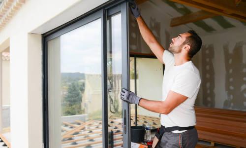 Budowa domu jednorodzinnego – dlaczego warto zdecydować się na zakup nowoczesnych okien aluminiowych?