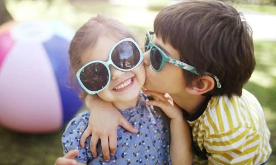 Jak wybrać odpowiednie okulary przeciwsłoneczne dla dziecka?