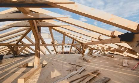 Jakie standardy powinna spełniać więźba dachowa?