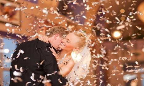 Szukasz wyjątkowych atrakcji na wesele? A może pokaz confetti?
