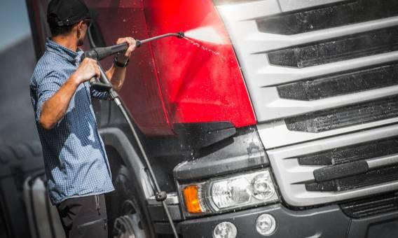 Renowacja auta ciężarowego. Metody oczyszczania karoserii