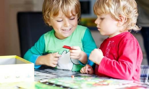 Jak logopedyczne gry planszowe wpływają na rozwój językowy dziecka?