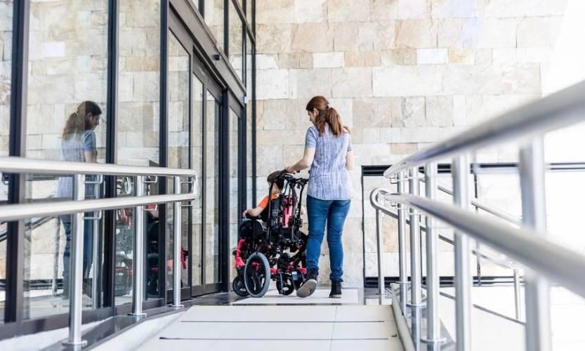 Bezpieczny podjazd dla niepełnosprawnych z balustradą ze stali nierdzewnej