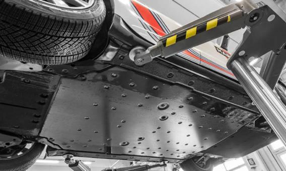 Podnośniki podpodłogowe i kolumnowe polecane do obsługi samochodów elektrycznych