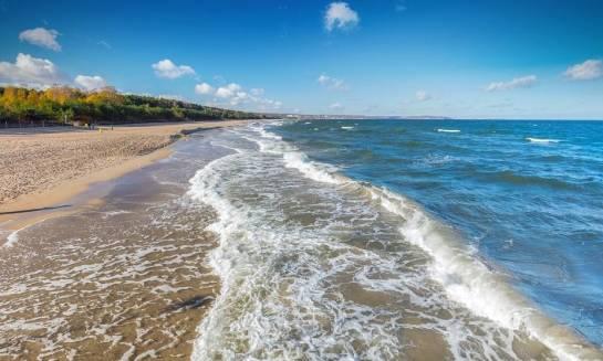 Jak tanio wypocząć nad morzem? Porady i sugestie