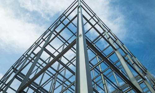 Konstrukcje stalowe a ochrona przeciwpożarowa. Jak zabezpieczyć metal?