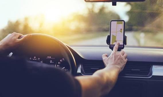 Jak zamocować smartfon w aucie?