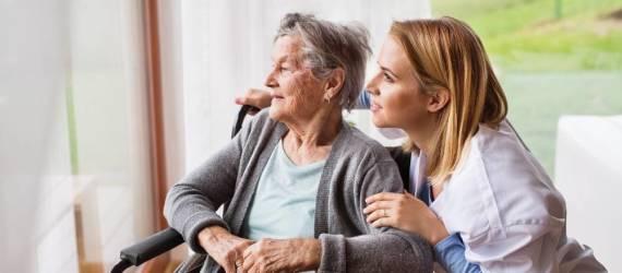 Opieka nad chorym z alzheimerem. Dlaczego warto skorzystać z pomocy profesjonalistów?