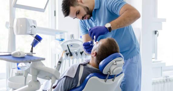Kiedy lakierować zęby? Praktyczne informacje