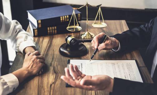 Czym zajmuje się notariusz i kiedy skorzystać z jego usług?