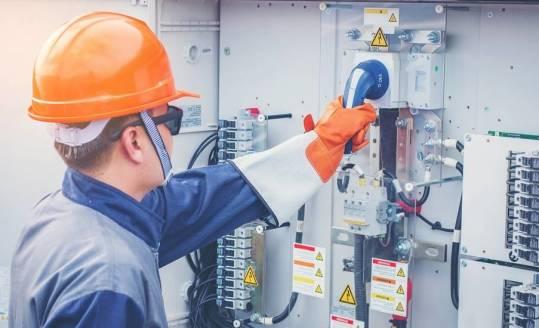 Czy gumowe rękawice chronią przed prądem?