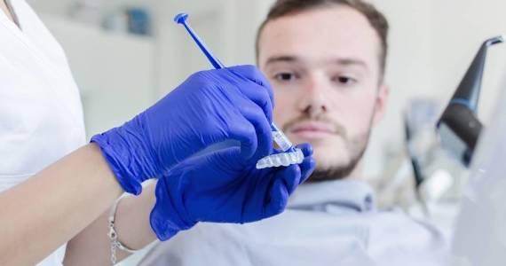 Na czym polega wybielanie nakładowe zębów?