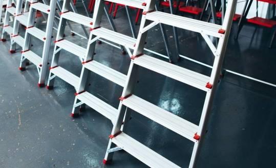 Teleskopowe drabiny platformowe z poręczami i zamykaną bramą