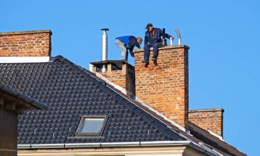 Czyszczenie komina - z pomocą kominiarza czy samodzielnie?