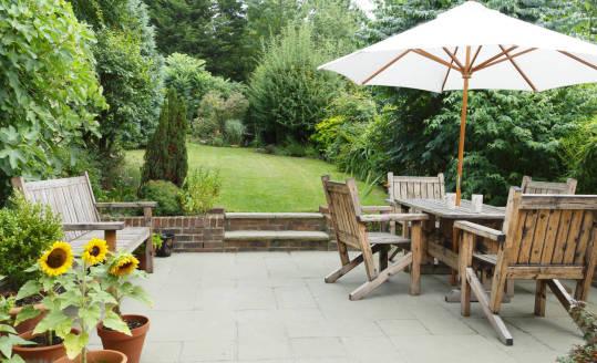Aluminiowe czy drewniane - jakie meble ogrodowe wybrać?