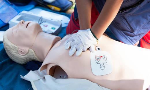 Szkolenia z pierwszej pomocy. Kto, gdzie i kiedy powinien je odbyć?