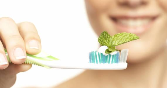 Jak zrobić naturalną pastę do zębów?