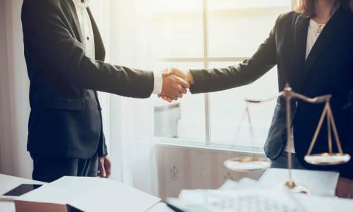 Radca prawny a adwokat – czym się różnią te zawody i kiedy skorzystać z ich usług?