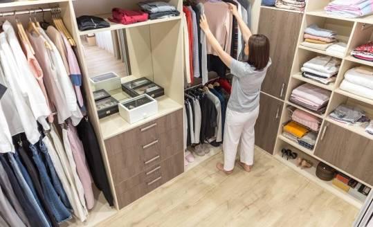 Jak zaprojektować domową garderobę, by była jak najbardziej funkcjonalna?