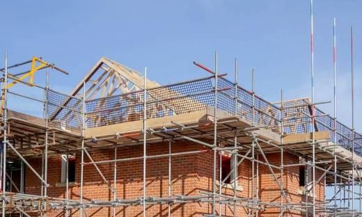 Montaż rusztowań do prac na dachach skośnych