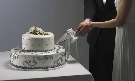 Krojenie tortu jako element weselnej tradycji