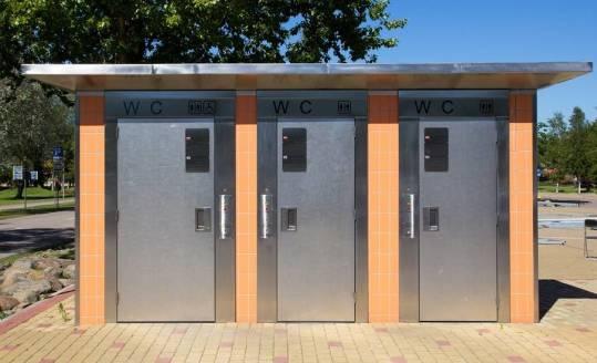Kabiny sanitarne systemowe czy murowane. Na które się zdecydować?