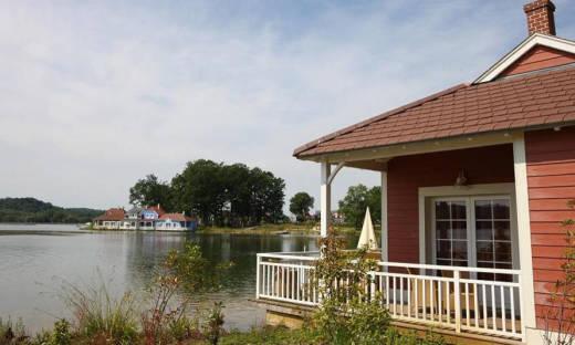 Domek nad jeziorem jako pomysł na wakacje