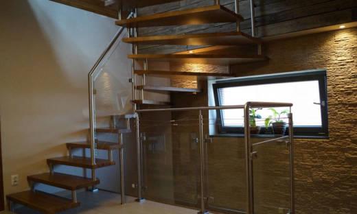 Czym charakteryzują się schody bolcowe?