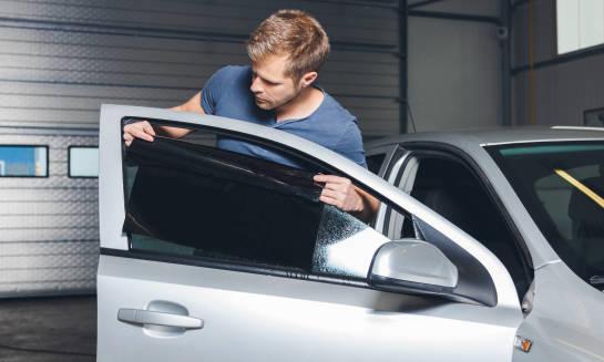 Przyciemnianie szyb w samochodzie. Co warto wiedzieć?