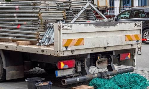 Przemieszczanie rusztowań na plac budowy - transport i logistyka