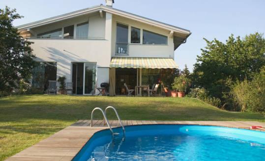 Czy budowa basenu w ogrodzie wymaga pozwolenia?