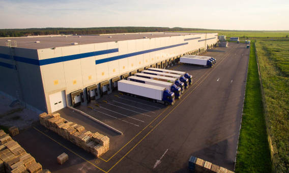 Jak zorganizować transport magazynowanych towarów?