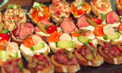 Catering na domówkę czyli jak oszczędzić na jedzeniu?