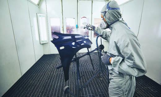 Praca w kabinie lakierniczej a BHP