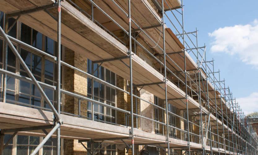 Współpraca firm budowlanych z wypożyczalniami sprzętu i rusztowań